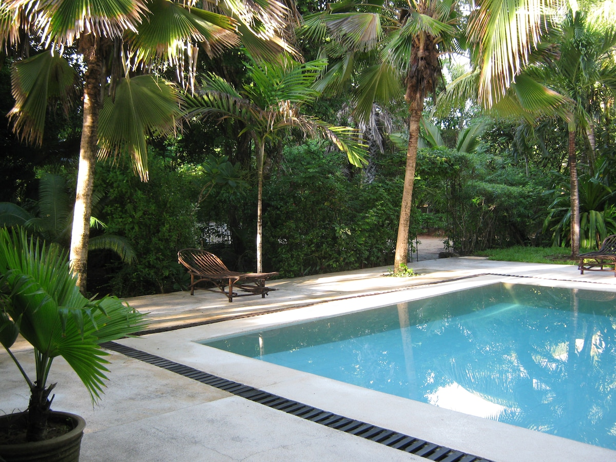 Cottage with pool 5 mins from beach