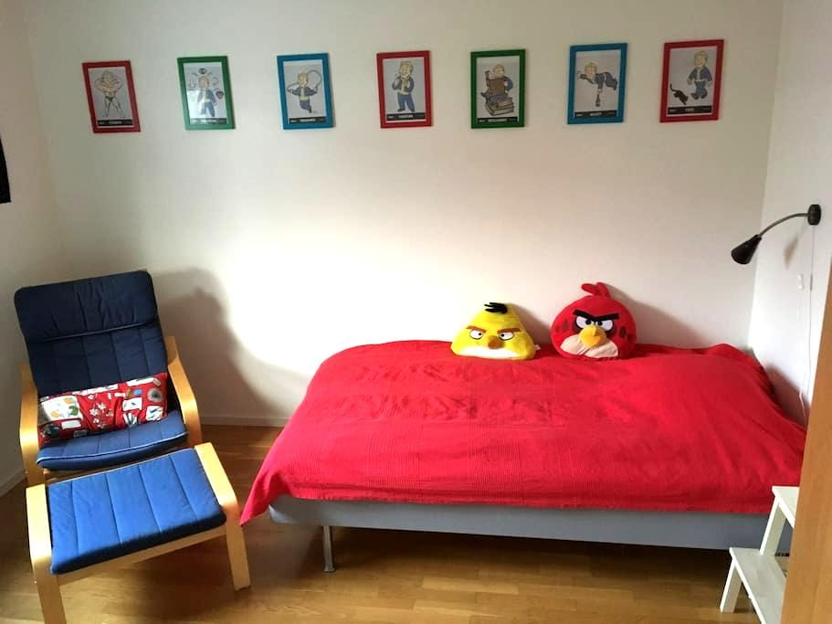 Nice room ~35 min from Stockholm C with breakfast - Botkyrka - 连栋住宅