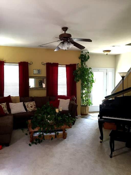 Private room in comfortable home. - O'Fallon