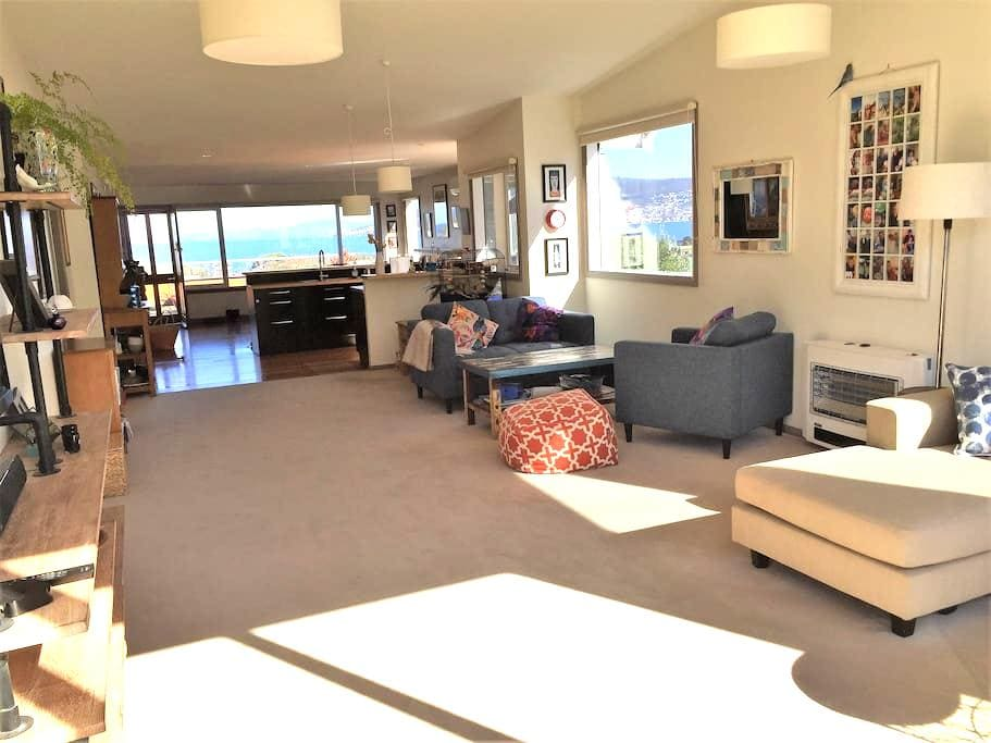 Spacious, five bedroom, sunny family home - Bellerive - Huis