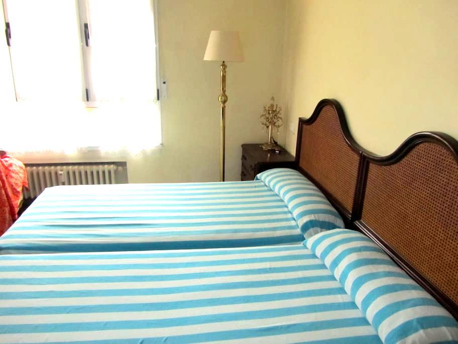 Habitación con dos camas en un céntrico piso. - Gijón - House
