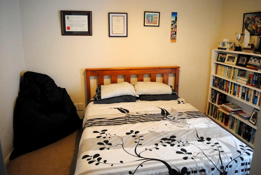 Comfy bedroom in lovely home close to everything! - Wellington