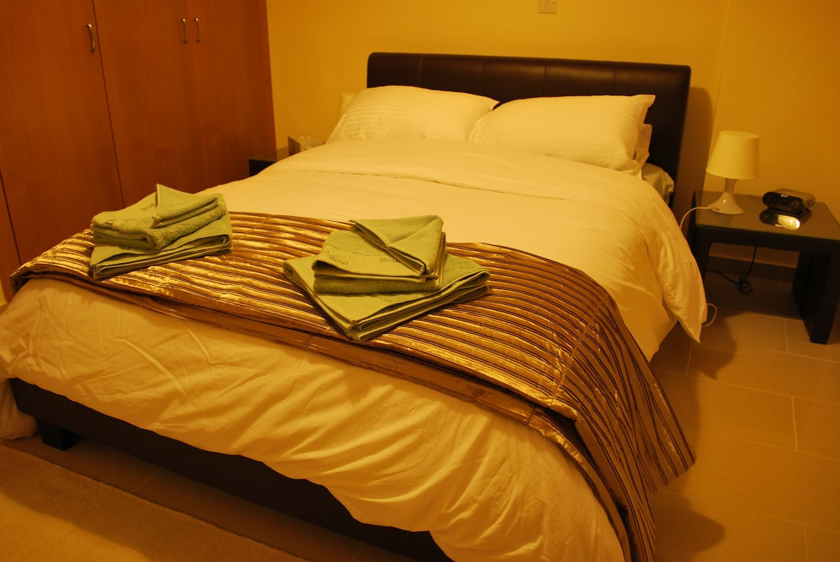 Comfortable double bed with clean linen and luxurious towels for you and your guests.