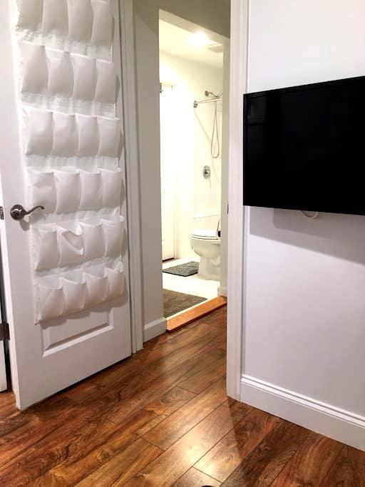 现代 舒适的房间 房间内带独立卫生间 - Chicago - Huis