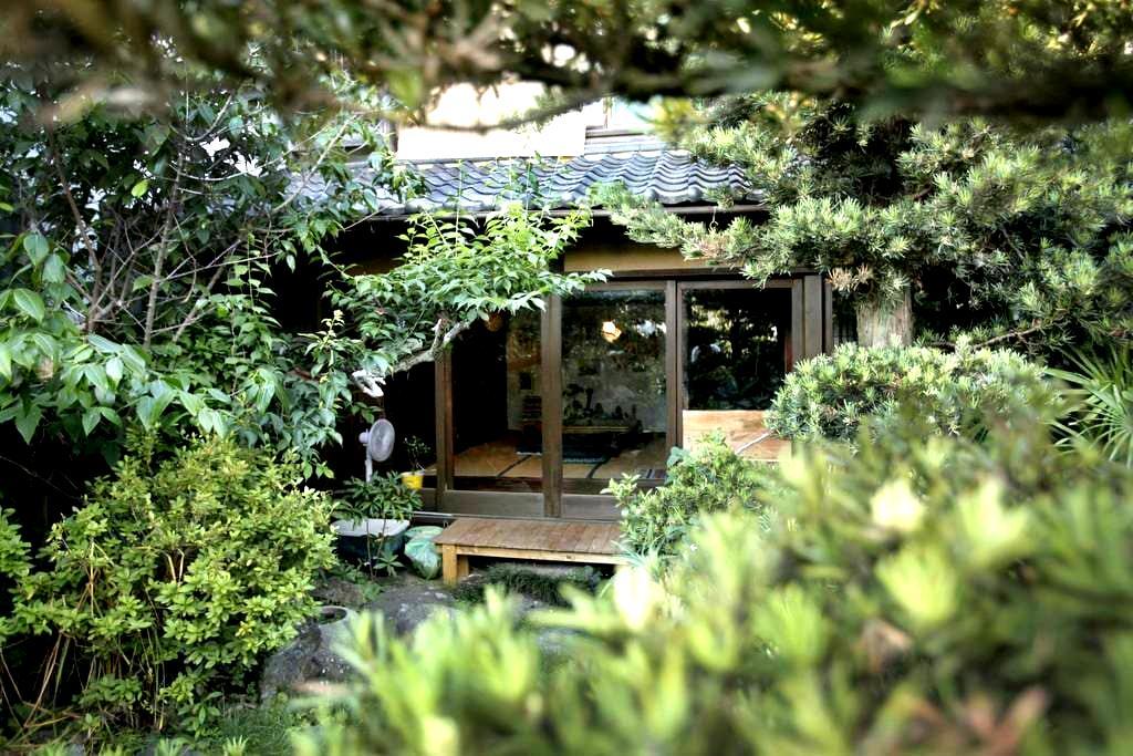Old & new and has a magical garden! 日本なのに洋を感じる家。 - Nishio