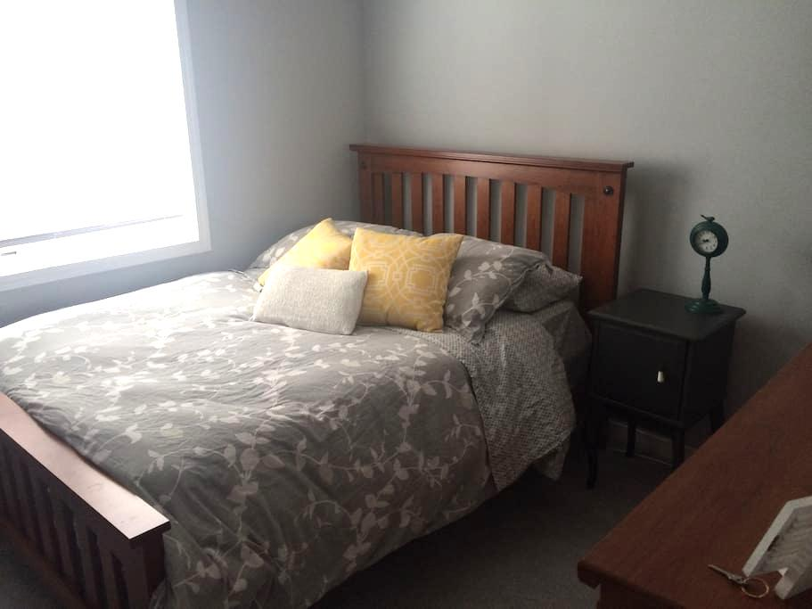 Cozy Private Bedroom - Kitchener - House