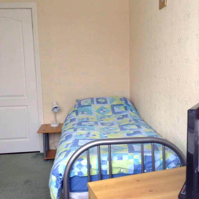 Single room near to airport - Leeds