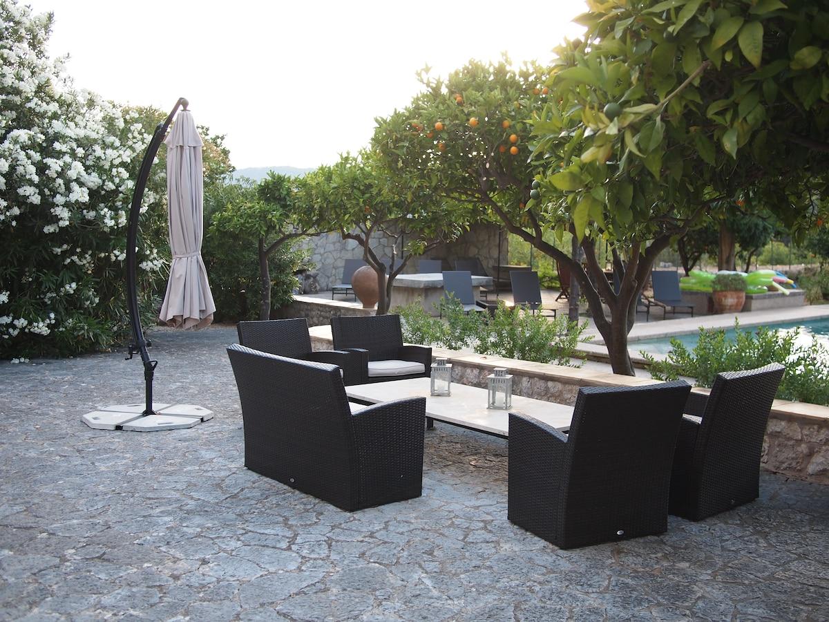 Sitting/sunbathing areas around pool
