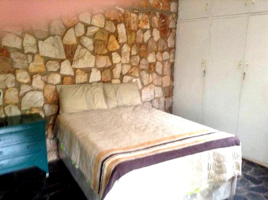 Grand View LeRoux . Room 3 - Harare - Casa