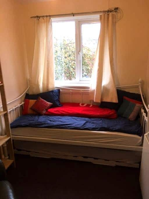 Single room, lovely flat on Central Line in Leyton - Londres - Departamento