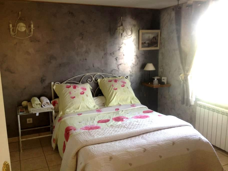 Belle chambre + Salon avec entrée indépendante - Valencin - Casa