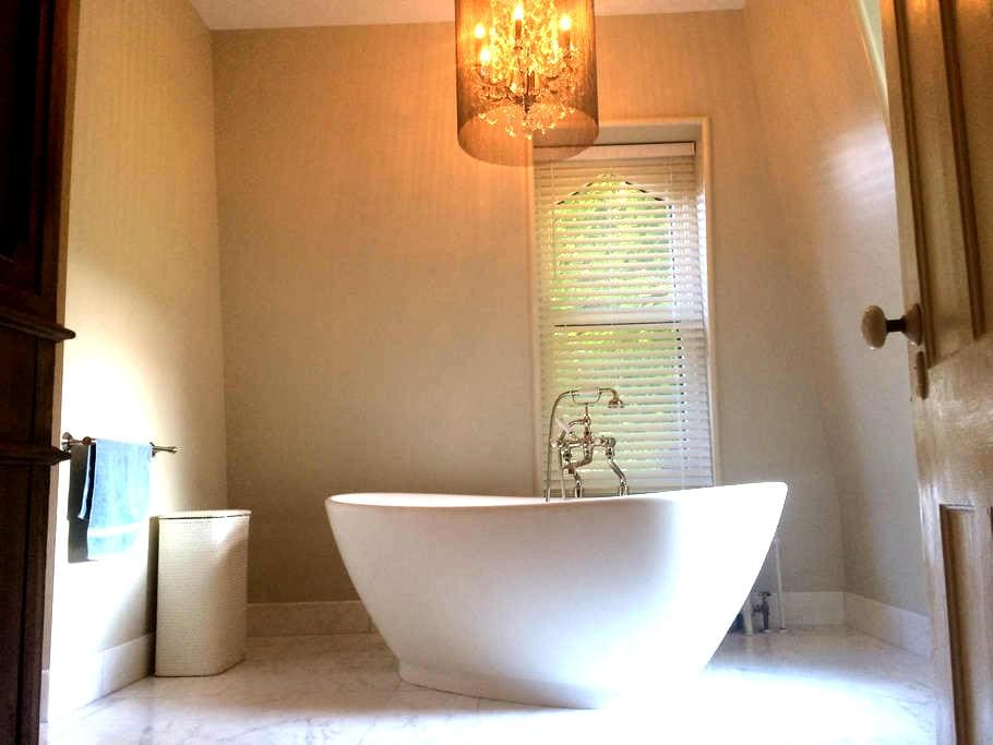 Amazing Master Suite in the Village - Rhinebeck