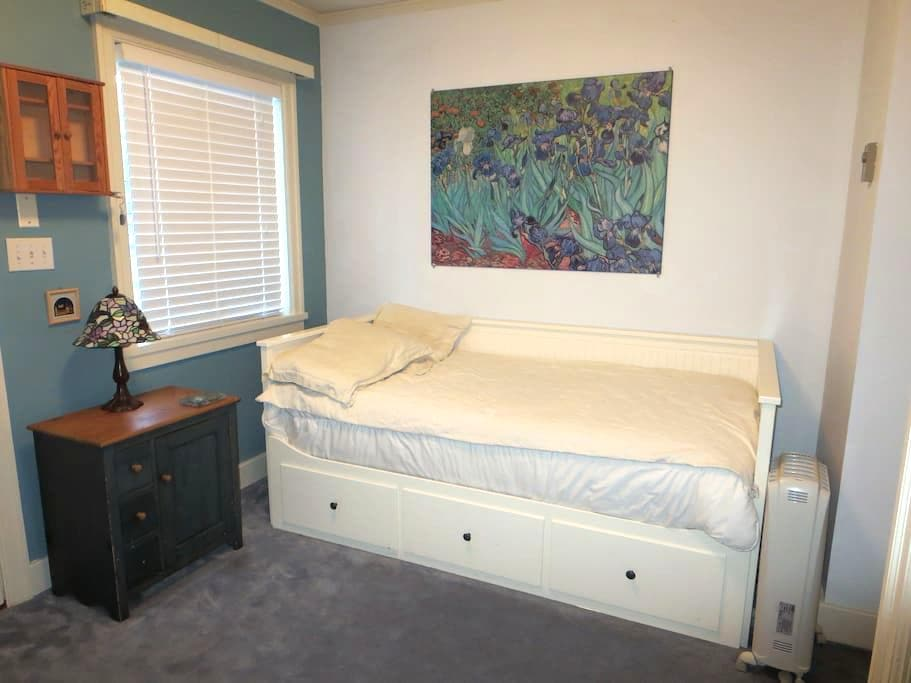 1 Bedroom in Kits Point beach house - Vancouver - Casa