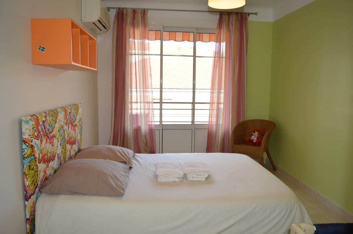 Bedroom with a 140 cm double bed, a baby bed and air conditioner