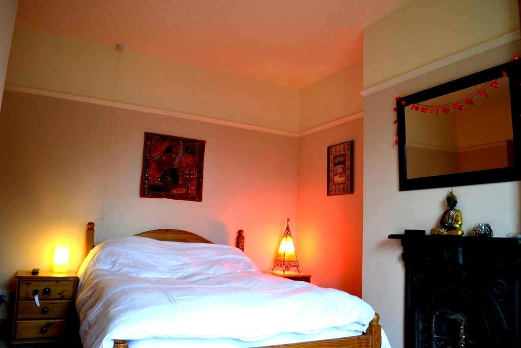 A double en-suite room. - Ilkley - House