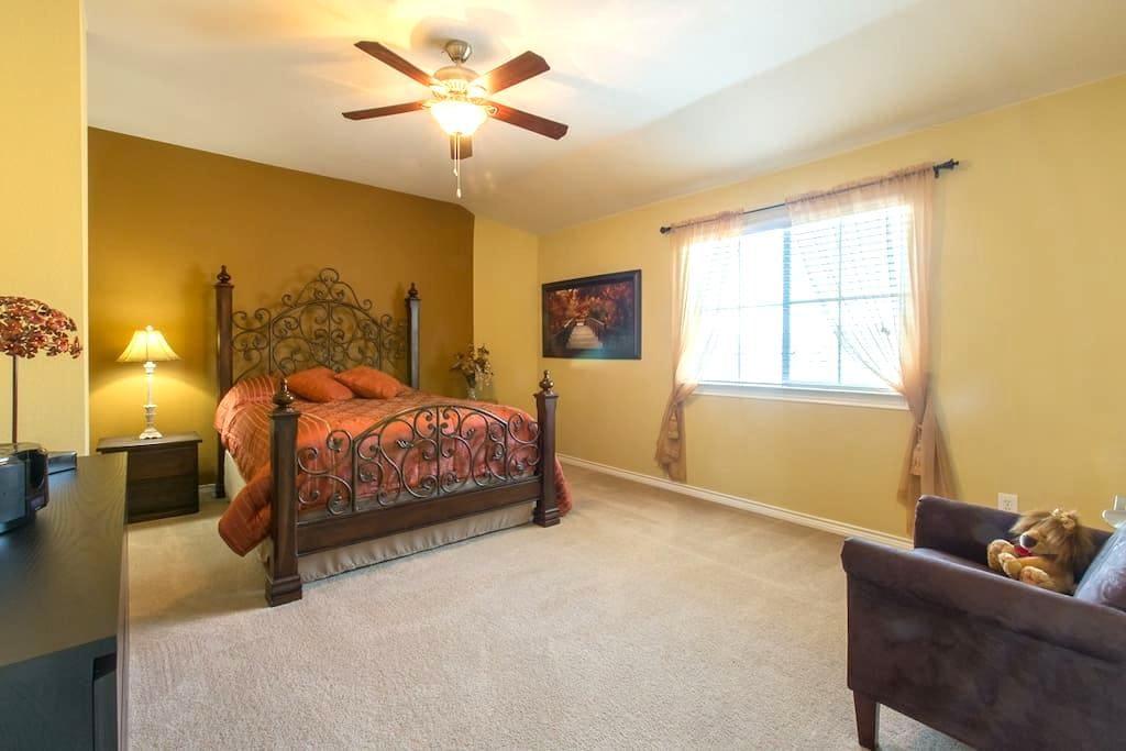 2nd Floor Oasis in Beautiful Home - Aubrey - House