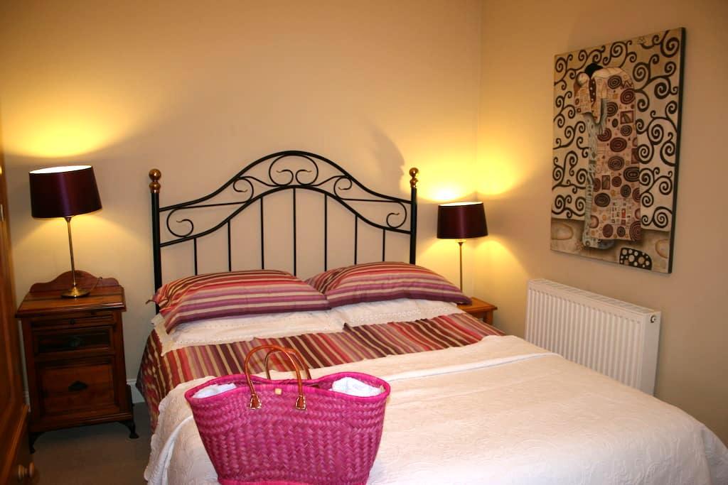 Bright, pretty double room - 12 min. walk to town - Kinsale - House