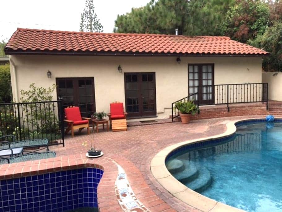 Private Guest House/Bungalow with full amenities - Altadena - Μπανγκαλόου