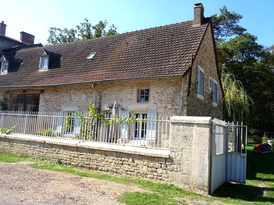 Jolie maison de village - Saint-Ambreuil - Hus