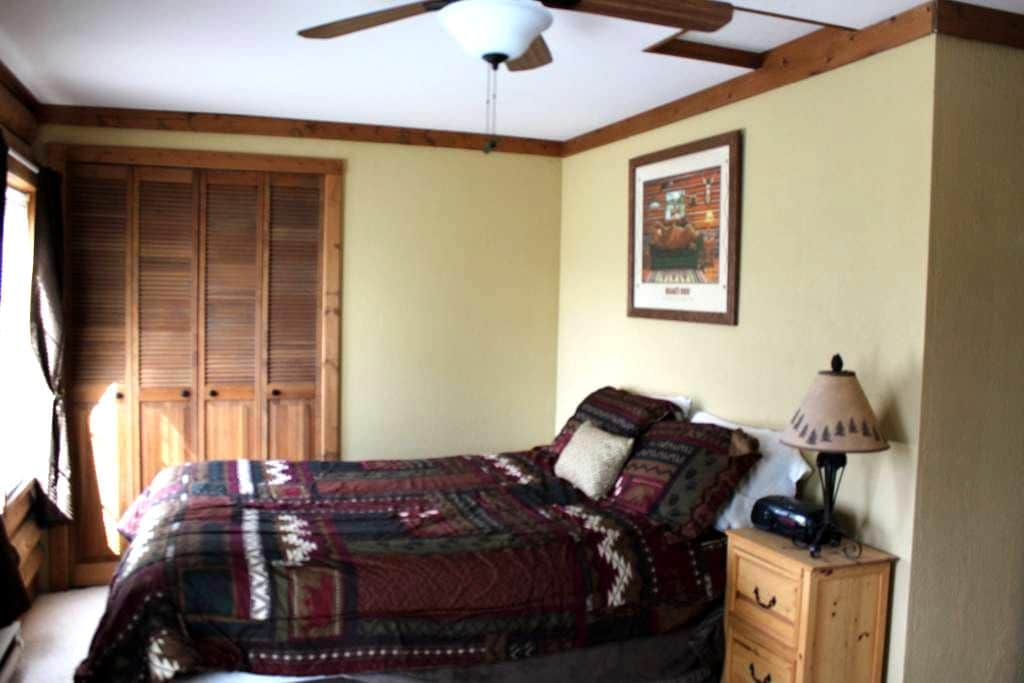 Large private room in log home - Bozeman - House
