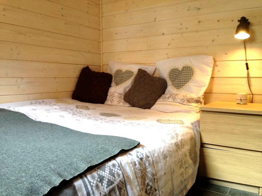 Quiet and peaceful ensuite bedroom - Essert-Romand - スイス式シャレー