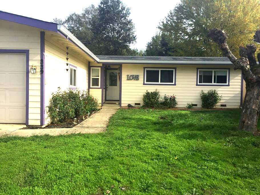 Quiet Neighborhood (Room 1) - Ukiah - Huis