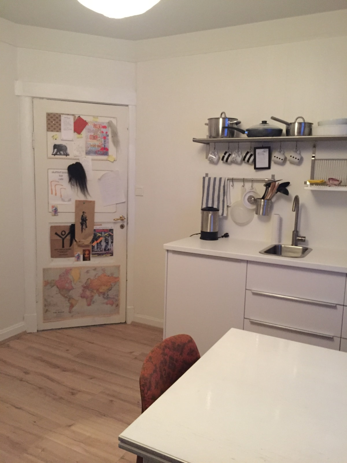 The kitchen/livingroom facing the front door where you see all the notes from previous guests! Feel free to leave one your selve :)