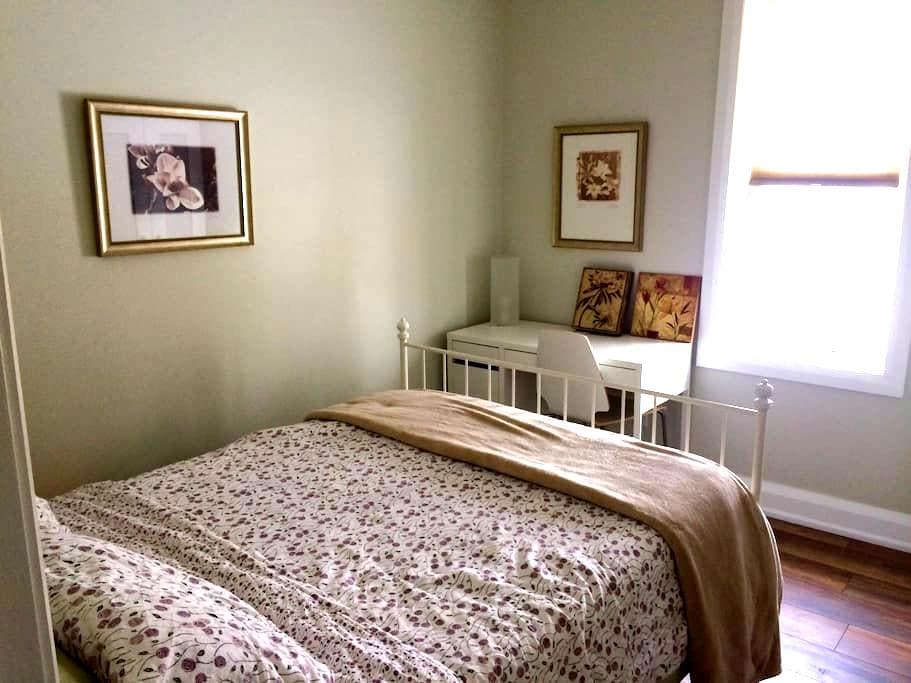 Charming cozy room in Century Home with Ensuite - Gananoque - Oda + Kahvaltı