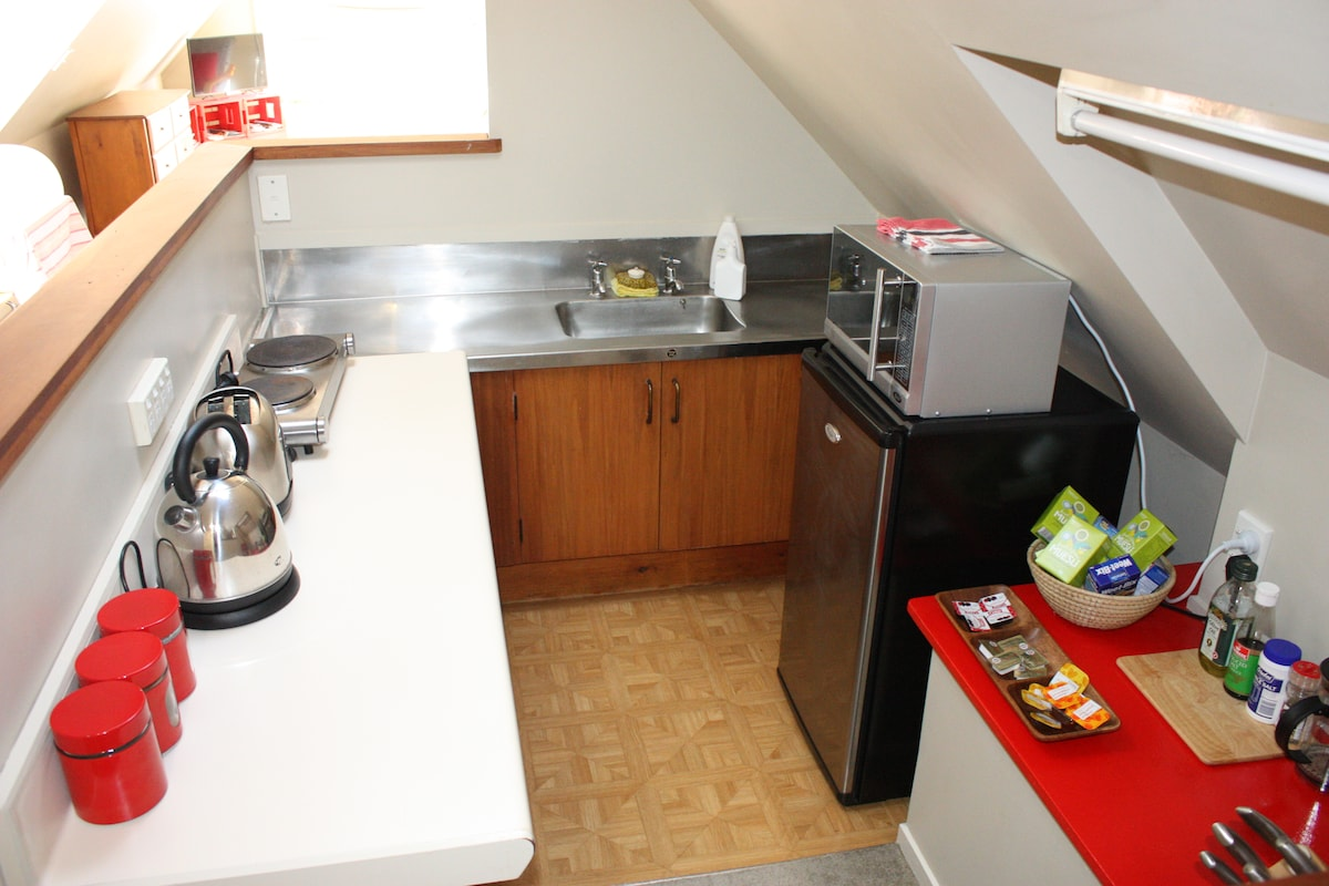 Fully equipped  kitchenette, continental breakfast plus tea and coffee provided.
