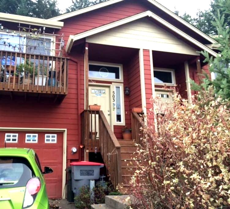 Classy townhome close to downtown. - McMinnville