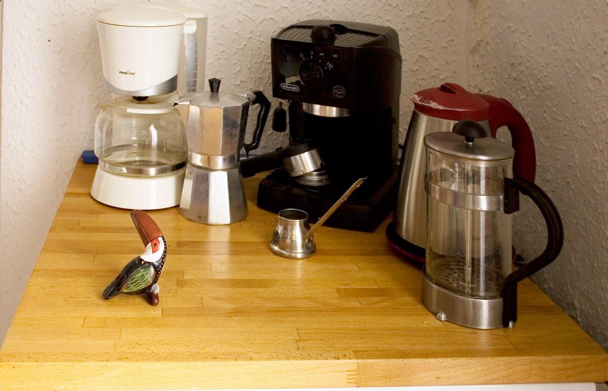 Café? Comment vous l'aimez? - Coffee? How do you like it?