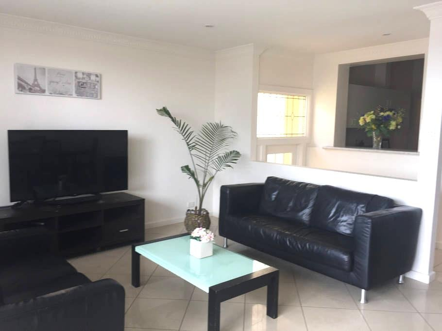 Affordable Henley Beach Company or Relocation Home - Henley Beach - Rumah
