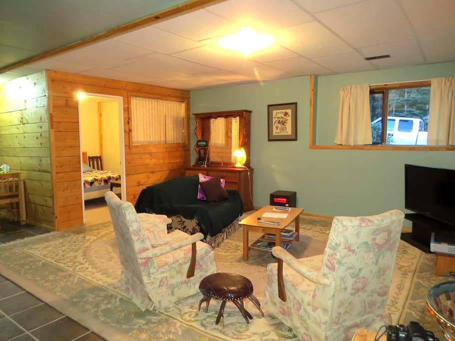 bright cozy basement suite log home - 150 Mile House - Casa