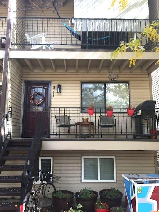 Comfy Two Bedroom Walkable to Olde Town, Arvada! - Arvada - Townhouse