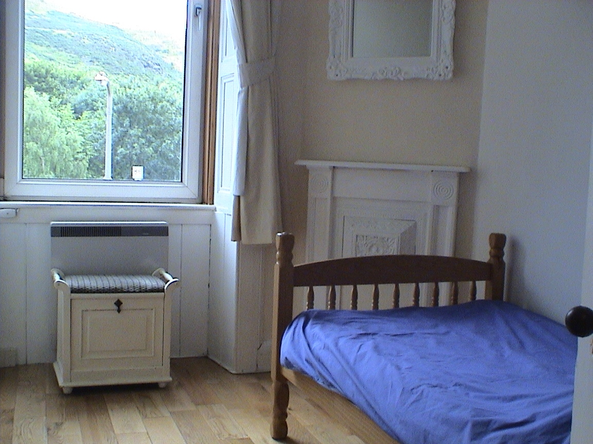 Single bedroom, lovely and bright and sunny.
