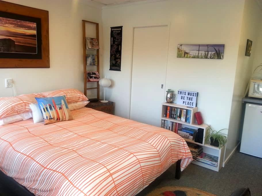 Hibiscus Cottage, quiet studio for 2, out of town - Raglan - Pension