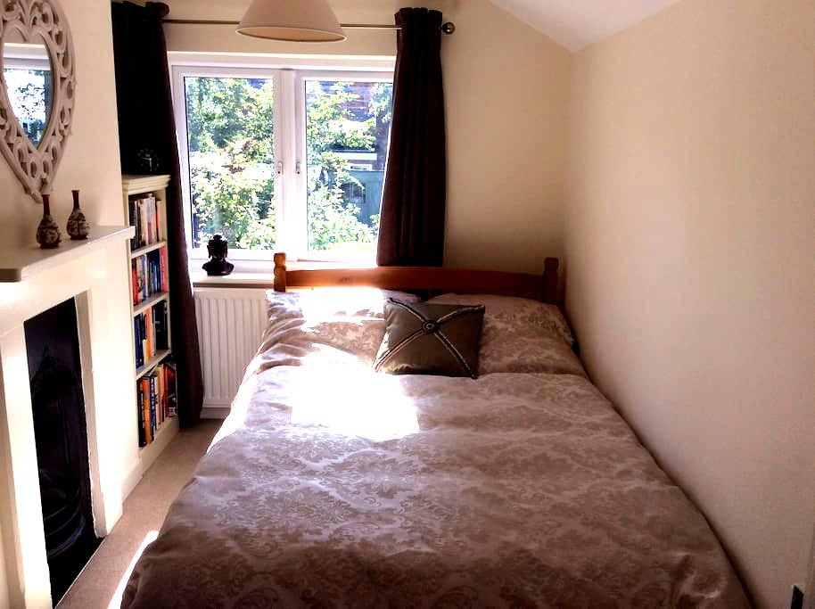 Double bed in a mid terrace Victorian house - Ascot - Rumah