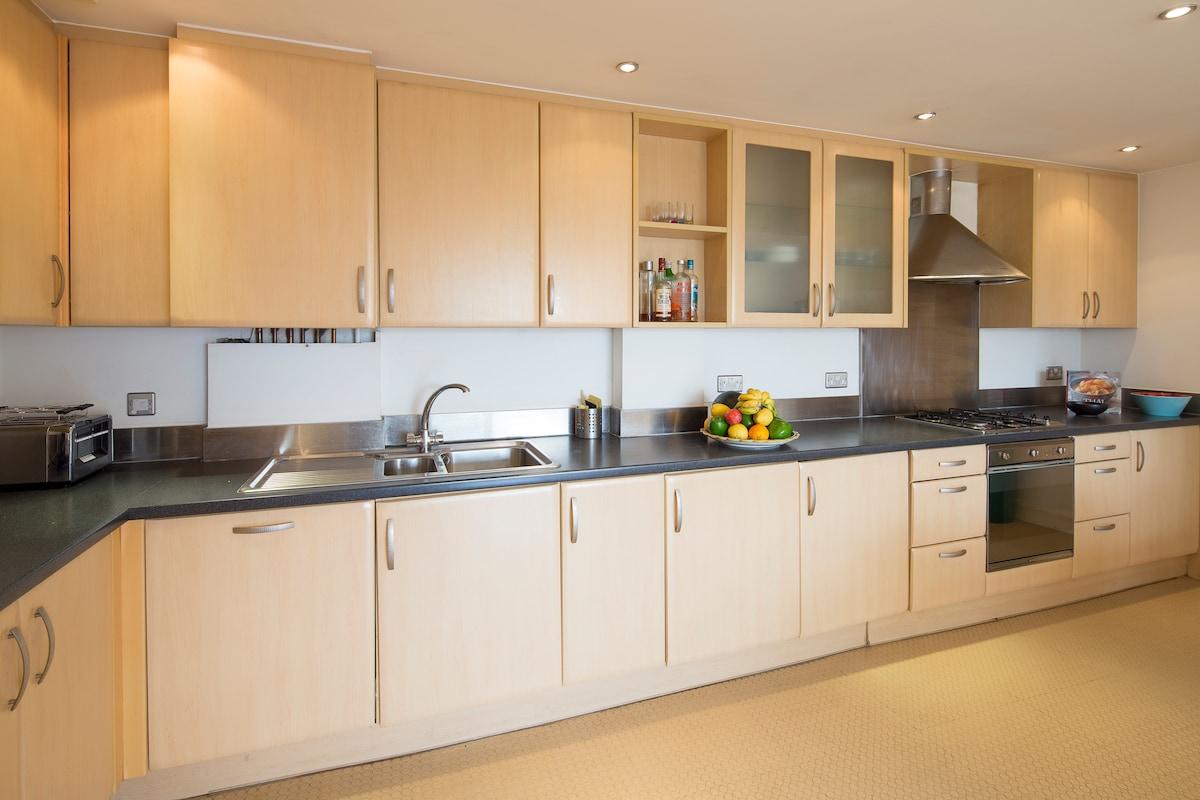 Large kitchen with dishwasher and washing machine