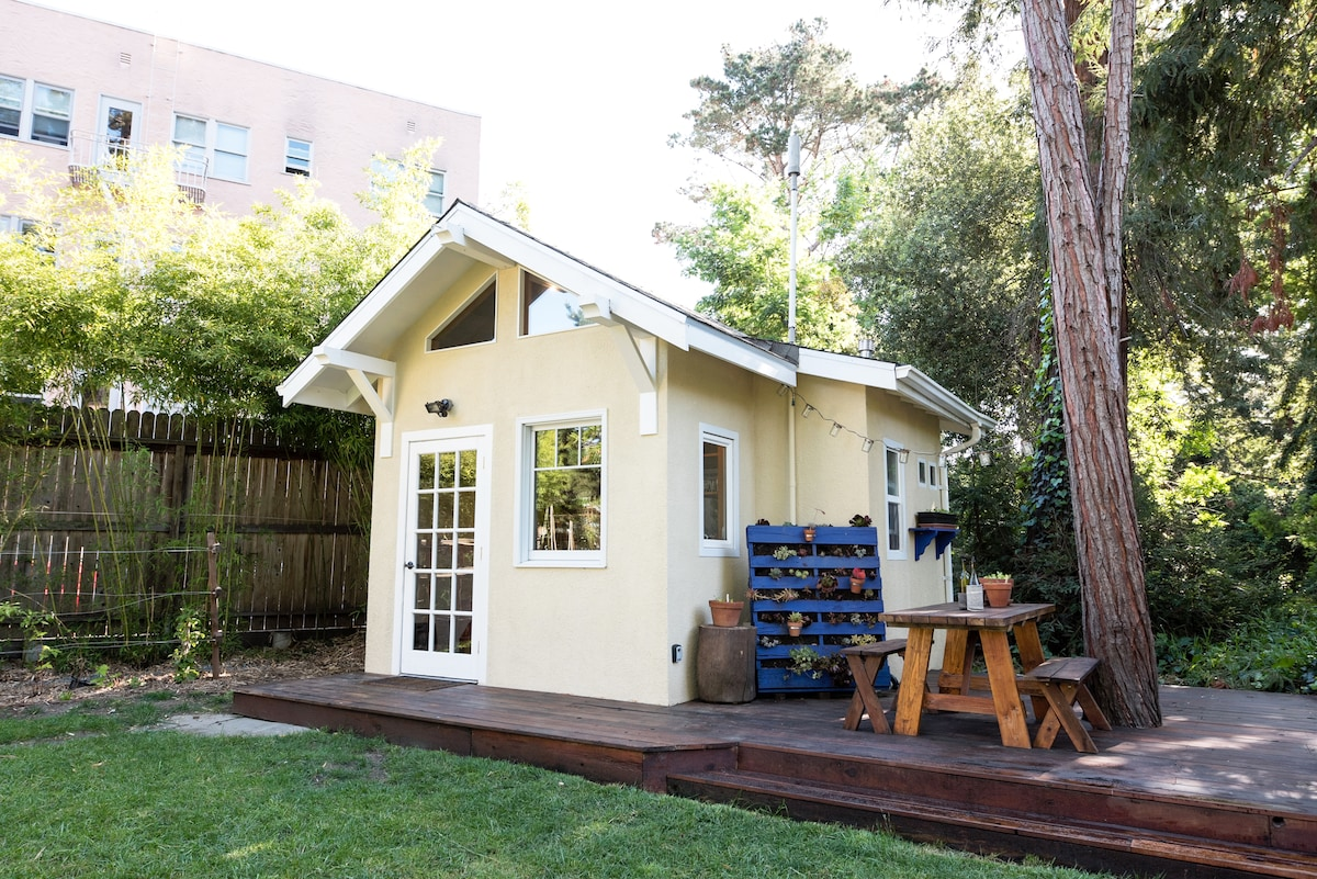 Tiny EcoHouse in Urban Jungle