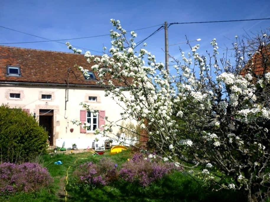 Petit ferme familiale pour passage ou sejour - Échassières - Σπίτι