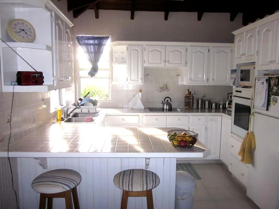1 bed apt only 100 mts to lovely beach - Oistins