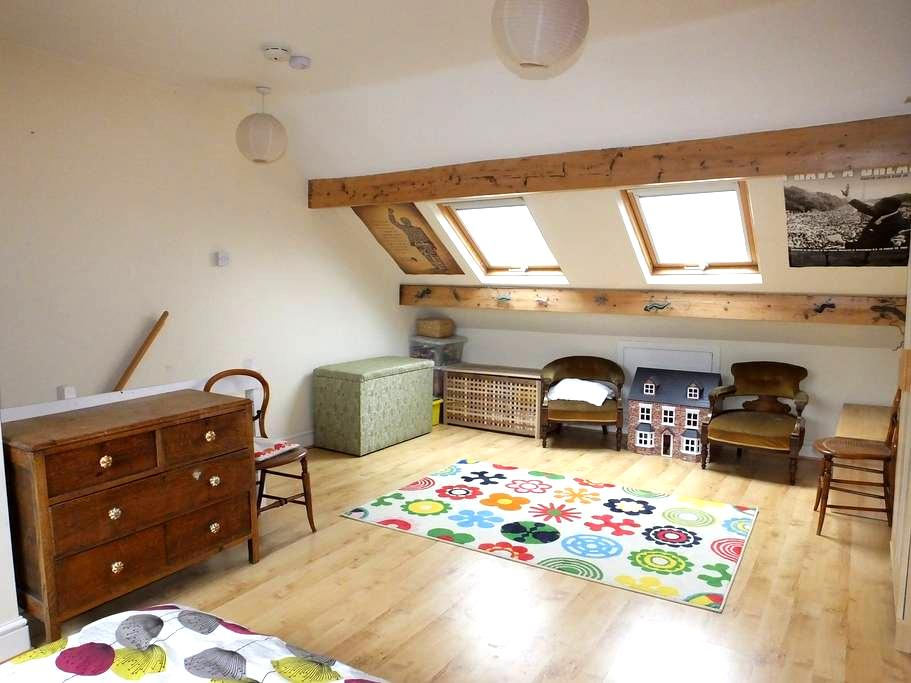 Large sunny attic room in terraced house - เชฟฟิลด์ - บ้าน