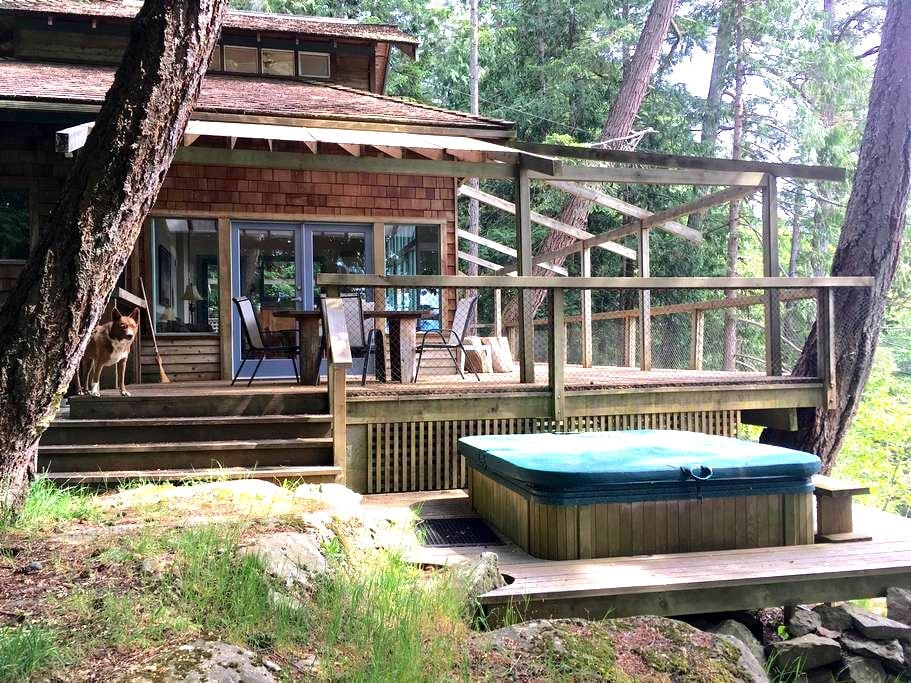 Dinner Bay Private Cottage - Mayne Island - 小木屋