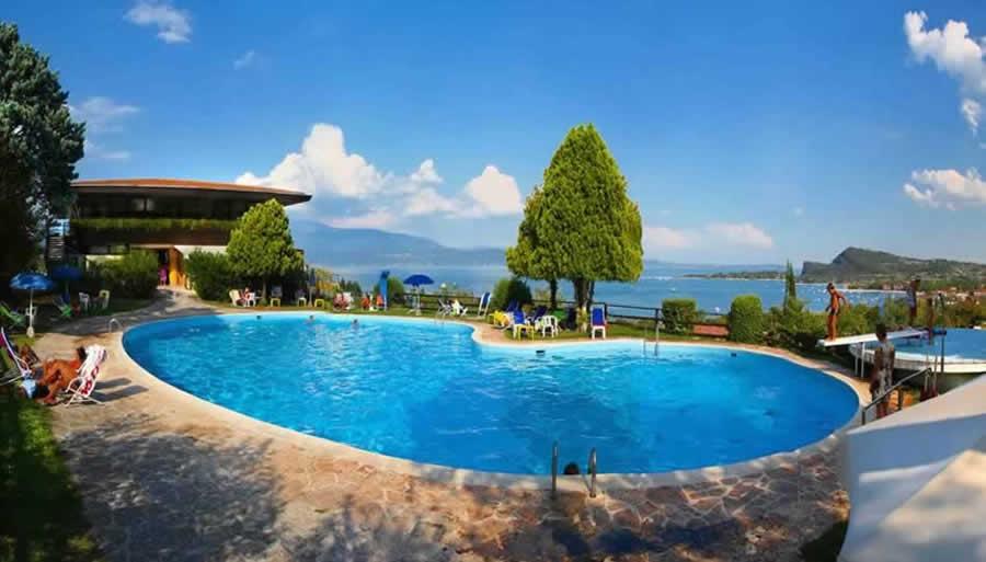 Vicino al lago piscine panoramiche