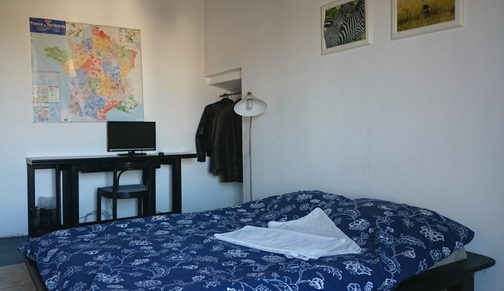 Chambre n°1 ;  Vue bureau, TV, penderie