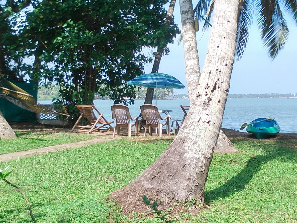 Guest House On Cochin Back Waters,