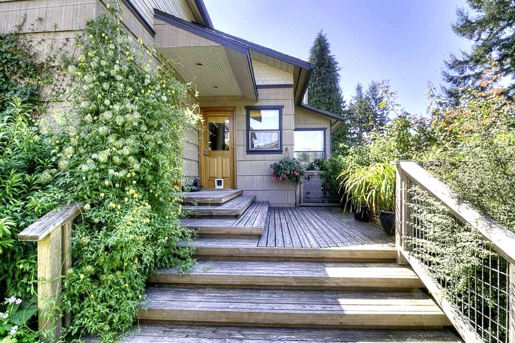 Private Room, Bath and Entrance - Everett - Casa