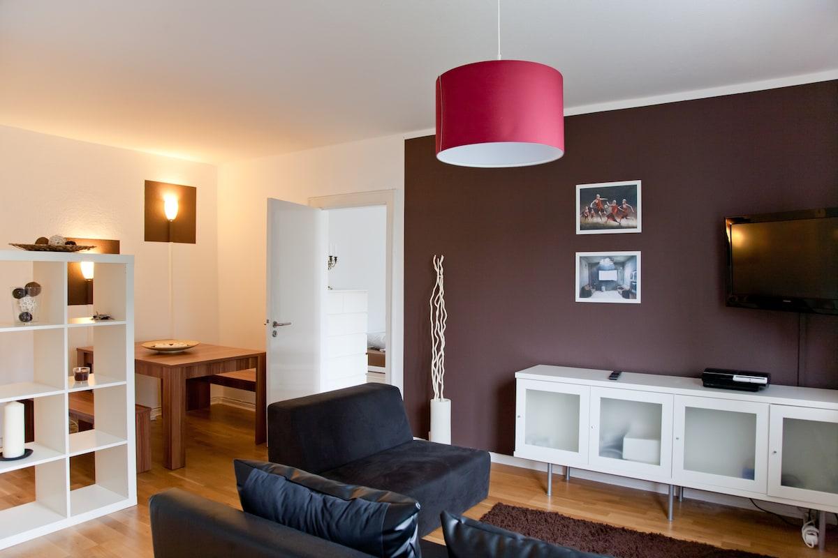 Das Wohnzimmer mit Blick auf die großzügige Essecke/ the living room with a view on the dinette