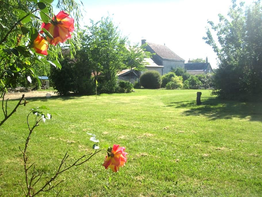 Character Village House In Loire With Large Garden - Civray-sur-Esves - Talo