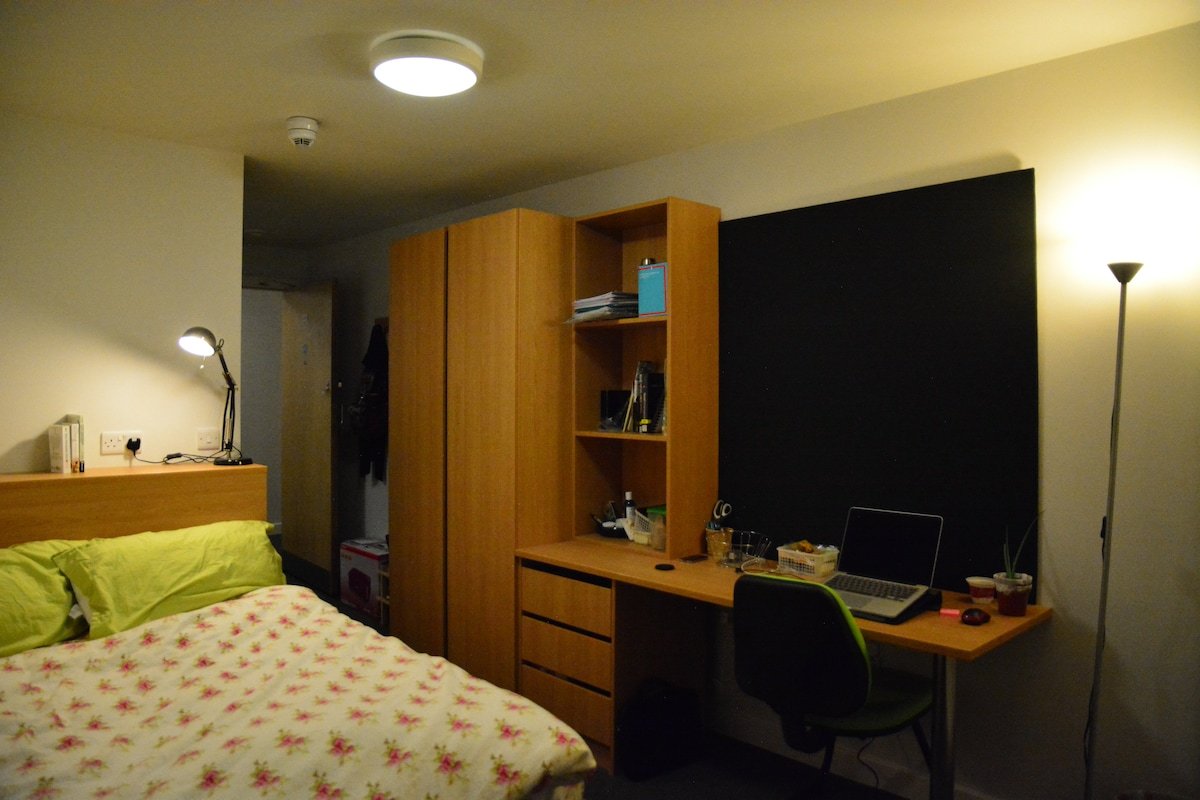 Cozy room in Leeds City Center